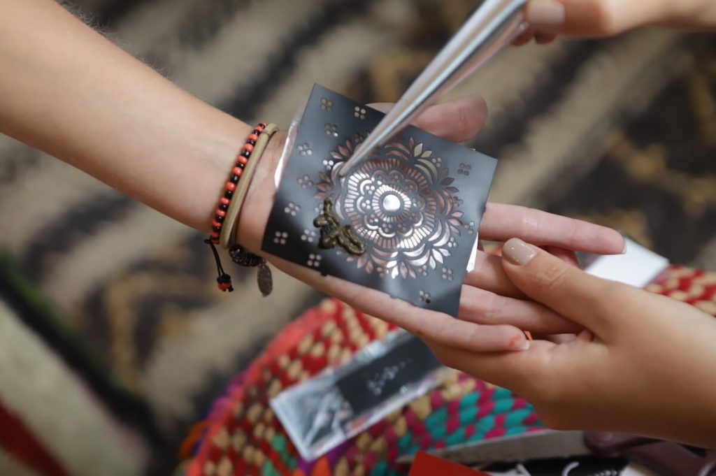 using-henna-sticker-stencil
